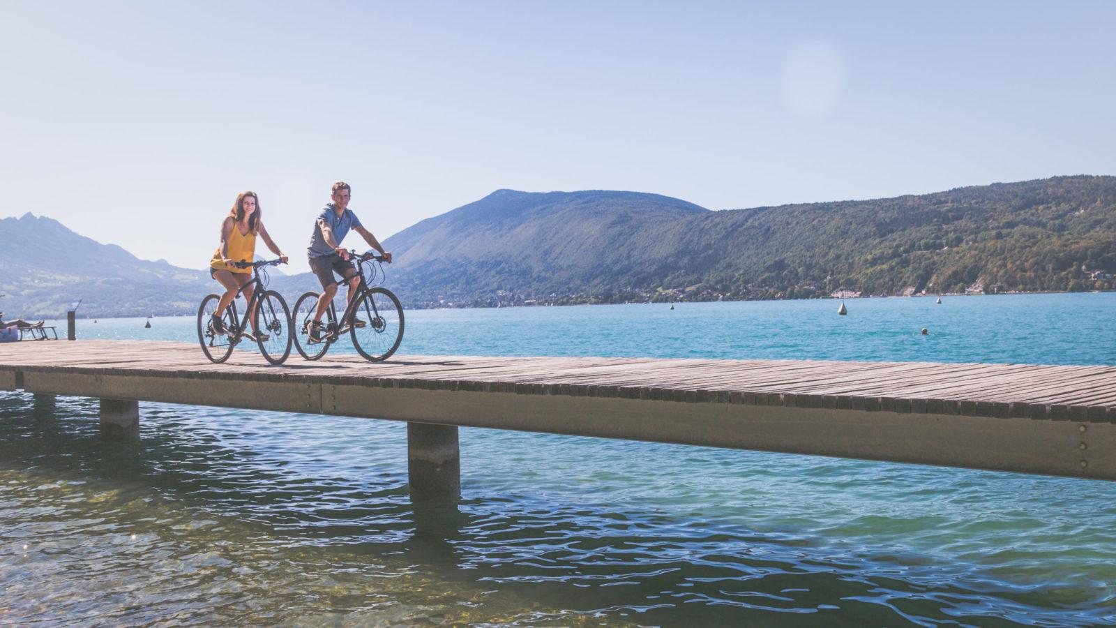 Couple vélo bord lac Annecy